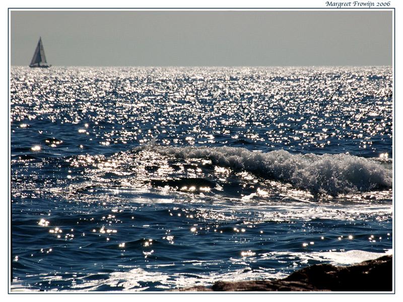 zee met golven en een bootje in bretagne, frankrijk